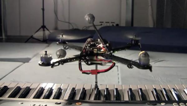 Квадрокоптер научился играть на синтезаторе (видео)