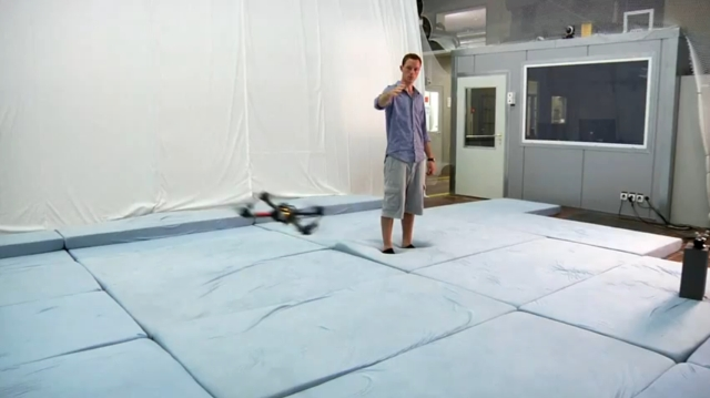 Управление квадракоптером с помощью жестов (видео)