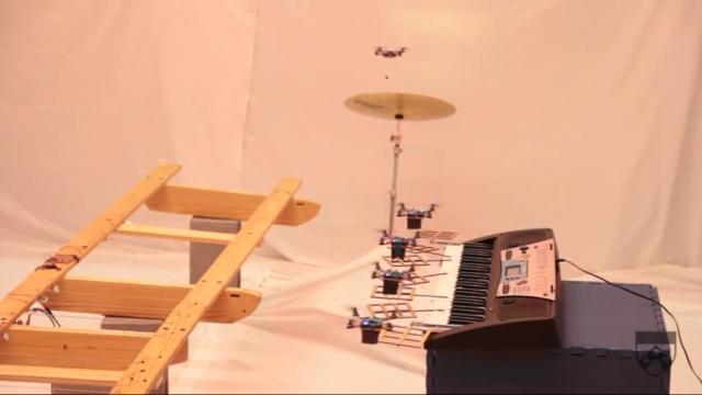Музыкальное шоу миниатюрных квадрокоптеров (видео)